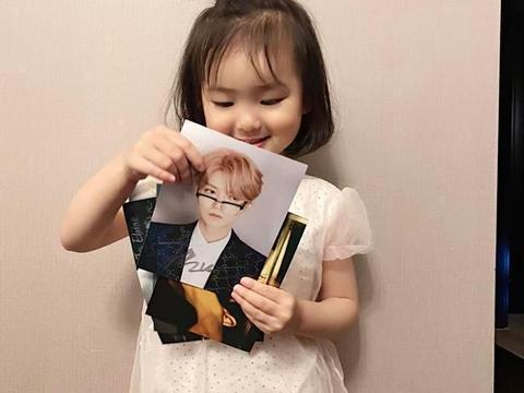 星二代也追星!范志毅小女儿收到鹿晗签名照,宝贝得不让爸爸碰