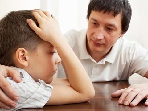 """孩子总是沉默寡言?善用""""门把手语言"""",促进亲子间交流"""