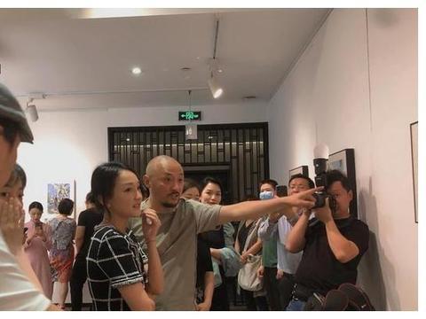 周迅离婚风波后现身杭州画展,状态大好,但却未戴婚戒引人联想