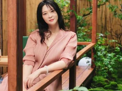 惠若琪分享婚后生活:写诗摄影变身才女,优雅大气明艳动人