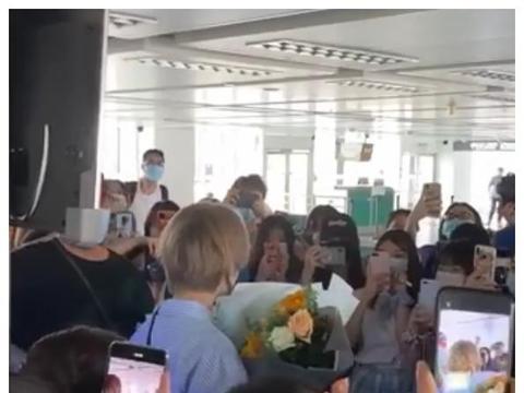 林凡被淘汰后现身机场,粉丝包围礼物收到手软,人气堪比流量明星