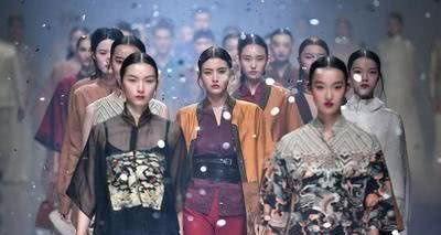 """""""中国风T台""""有多美?绸缎刺绣,垫肩旗袍,东方优雅惊艳世界"""