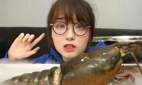 网红吃播,假到什么程度?辣酱是果汁,龙虾是塑料