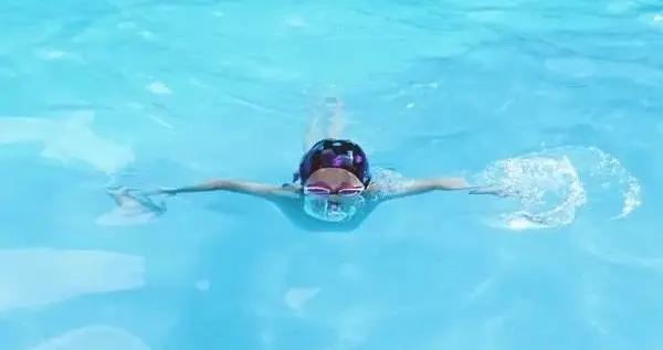 从小怕水,年过五十开始学游泳,教练的破麻袋片教法让我脑洞大开