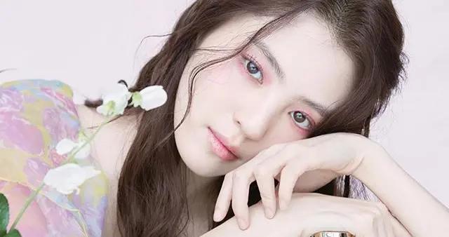 用香气增加魅力:韩素希一口气为2个香水品牌拍摄
