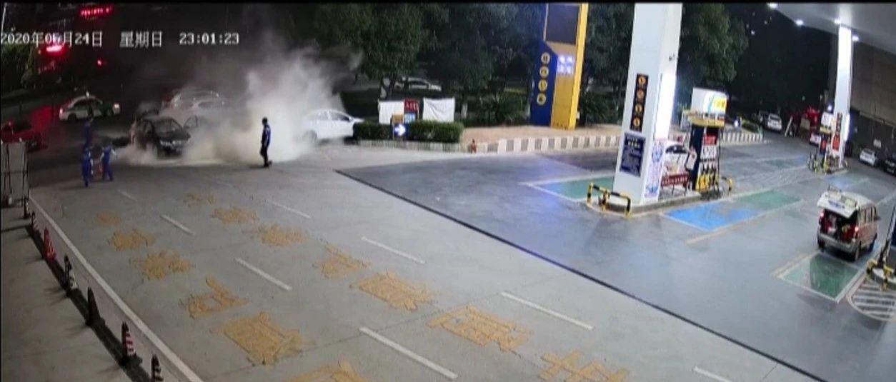 险!江西一加油站轿车突然自燃 女加油工反应神速…