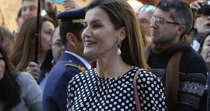 西班牙王后真会穿,波点上衣搭配阔腿裤,穿上黑色高跟鞋高级时髦