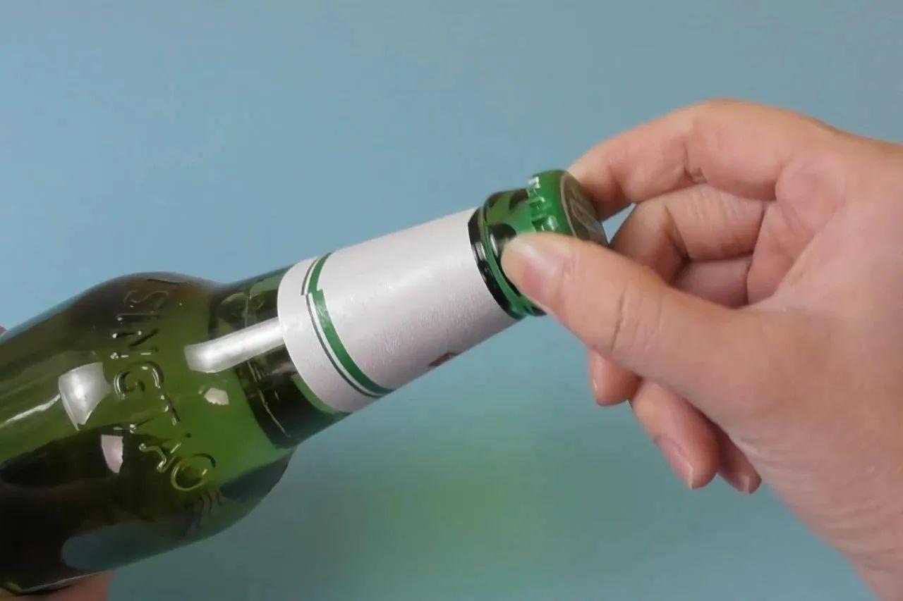 """原来啤酒瓶盖上有个""""小机关"""",用手就能拧开,比开瓶器还快!"""