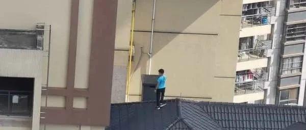 """熊孩子18楼楼顶上演""""空中飞人"""",小区居民看到心惊惊……"""