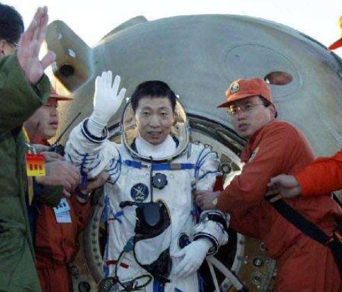 杨利伟曾听到太空中诡异敲门声?专家揭开谜底,原来不是外星人