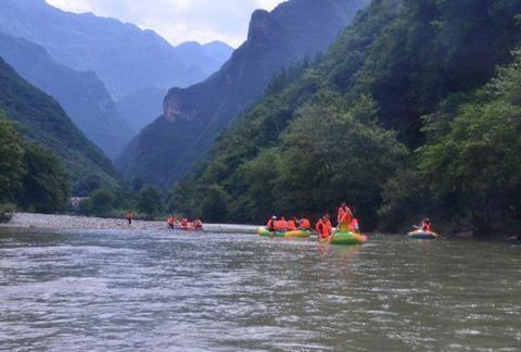 四川一个三地交界景区,是著名的漂流景区,被誉为十里画廊景区