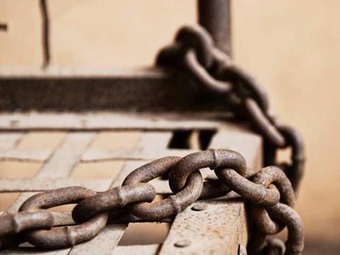 42岁女子被父亲用铁链囚禁了20年,屋内全是排泄物