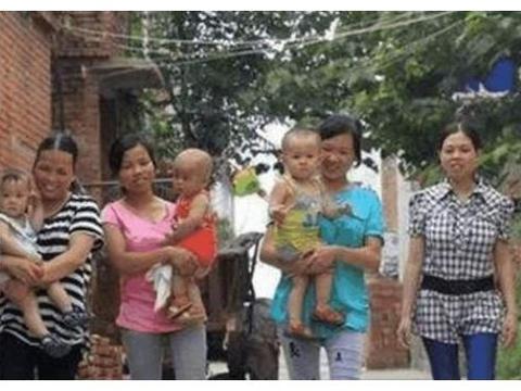 """中国允许""""一夫多妻""""的村寨,女孩十二就结婚,男人最多娶5个"""
