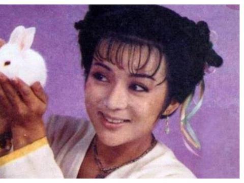66岁童星冯宝宝,曾3年拍150部戏,养活10兄妹,被家人当摇钱树