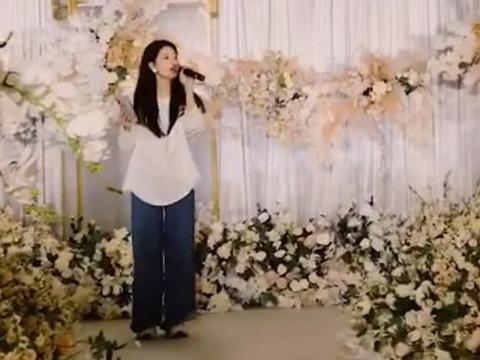 """赵露思参加小姨婚礼,""""无美颜无滤镜""""下的她,真实身高暴露了"""