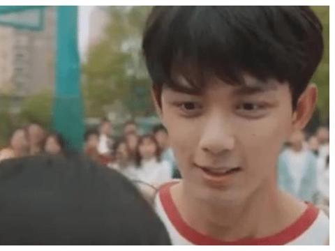 """与张子枫""""拥抱""""时,谁注意到吴磊的站姿?是对妹妹最大的尊重!"""