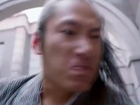 日本浪人当街殴打老人,路过小伙大怒出手,直接打废他们