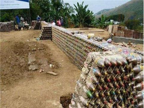 80后男子用5000万个塑料瓶盖房子,盖好后邻居羡慕不已
