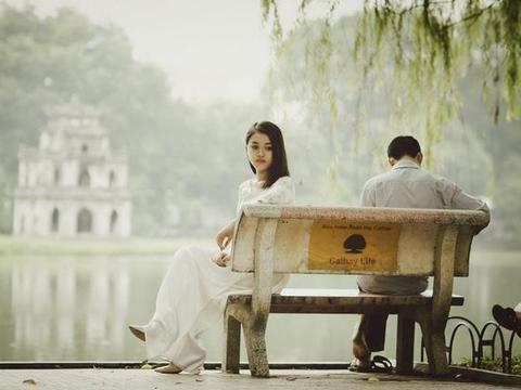 一个男人心里不在乎你,相处时才会有的3个行为,女人要学会放手