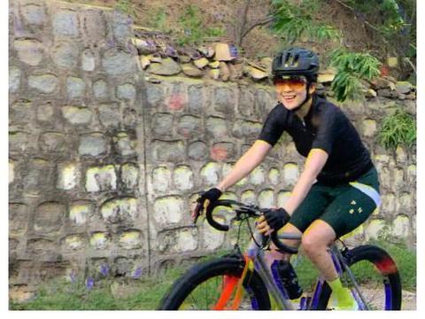 章子怡晒骑行视频,产后仅半年身材恢复似少女,获赞堪比专业骑手