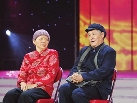 赵本山妻子马丽娟近照曝光,54岁皮肤细腻状态佳,与球球同框似姐