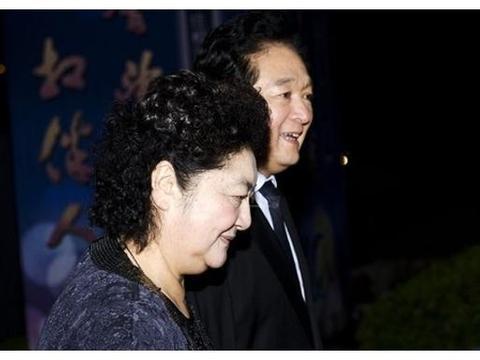 记得这幅熟悉的照片吗?给毛主席献花的这个小姑娘长大成了名人