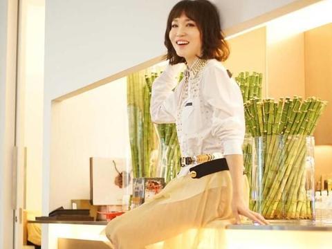 范文芳49岁依然年轻貌美!白色衬衫配半身裙减龄时髦