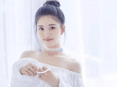赵露思18岁试镜视频火了,当她回眸一笑时,心好像被她融化了