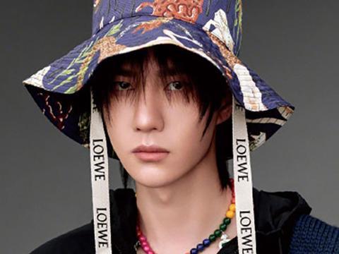 王一博搭配渔夫帽复古风格,黄明昊活力阳光,任嘉伦清爽少年感