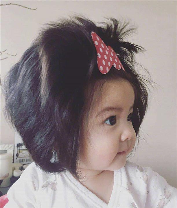 """一岁宝宝成""""万人迷"""",路人都纷纷拍照,网友:这发量是魔鬼吗?"""