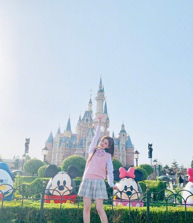 鞠婧祎游玩上海迪士尼乐园,JK制服学生装太清纯