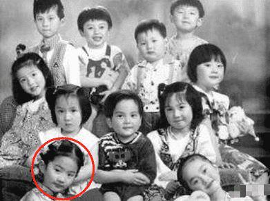 刘亦菲小学旧照被疯传,单眼皮蒜头鼻人群里找不出,堪称判若两人
