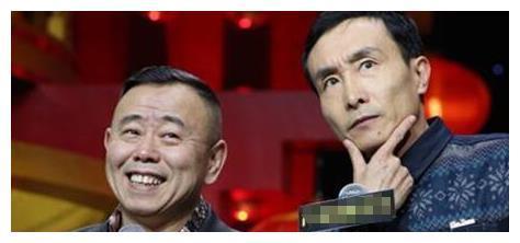 61岁巩汉林近照,儿子丑儿媳妇却美翻天,因赵丽蓉去世无心春晚