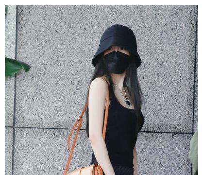 杨幂近照曝光,穿搭黑背心配项链秀好身材,刘恺威看了得后悔