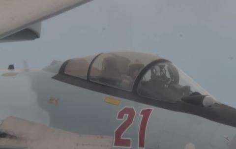 俄罗斯战斗机贴身挑衅美巡航机,最近时仅7米,网友:干得漂亮