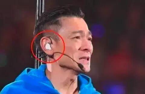 """揭秘:歌手在演唱会上,耳朵里戴的""""耳机""""究竟有什么用"""