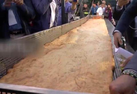 50名厨师制作出长7.15米的披萨,打破吉尼斯世界纪录