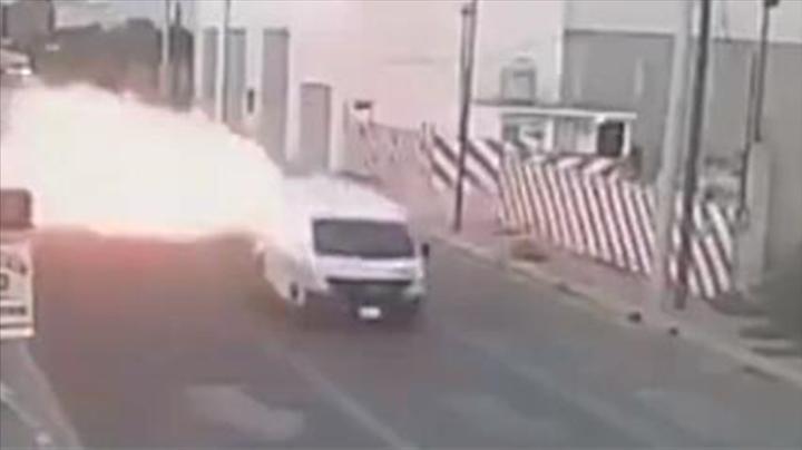 疑似汽油泄露流向路面 小车经过瞬间起火被吞噬 监控拍下惊魂瞬间
