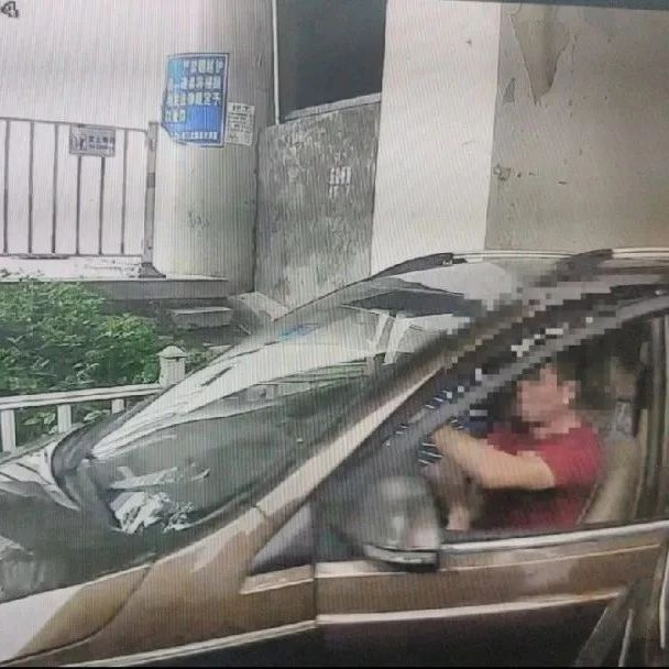 """暴力冲关!厦门一""""黑车""""司机拒绝检查竟撞开执法车逃逸!代价很惨痛…"""