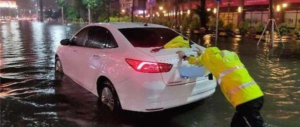 狮山罗村最美女警:暴雨中以身测水,徒手推车!