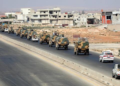 土耳其浩荡开进叙利亚,车队中间传来巨响,昔日战友突然反目