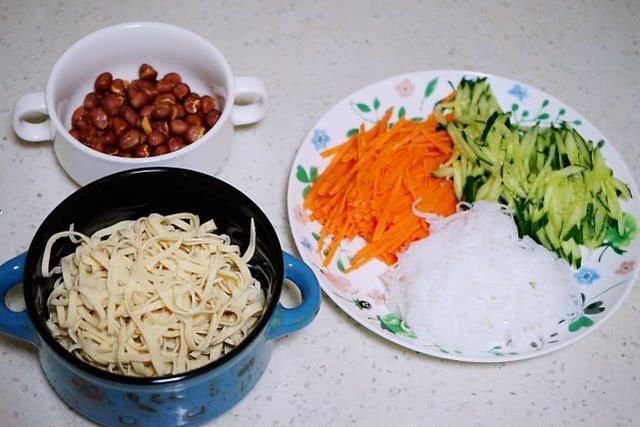 开胃又饱腹的爽口凉拌菜,时蔬拌豆皮当属首选,香辣酸甜吃上瘾