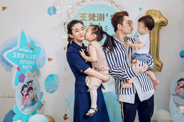 王栎鑫携女儿现身机场,单手抱娃面红耳赤,父女同框超有爱