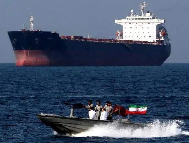 伊朗油轮只是幌子!美军突然调转枪口,军舰波斯湾实弹猛烈开火