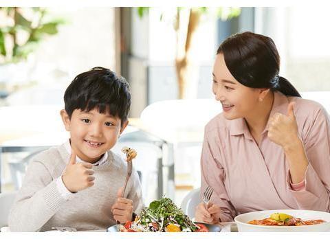 别人夸奖你家孩子时,情商低的父母谦虚应答,高情商的父母这样答