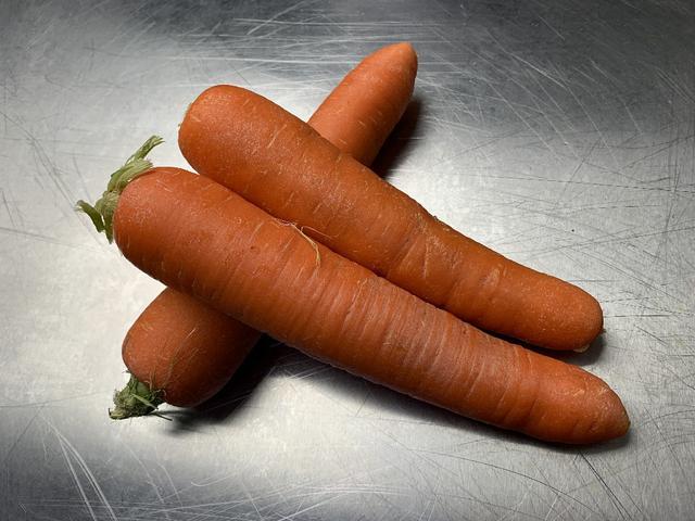 买胡萝卜时,挑大的还是小的?老菜农:牢记这4点,就不会买错了