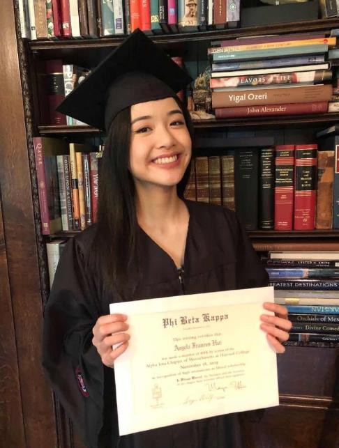 陈冲女儿哈弗毕业,携最高荣誉奖项归来,身穿学士服颜值超能打