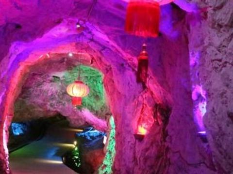 桐庐最值得一去的溶洞,是国内最大的竖井式溶洞,洞内景观奇特