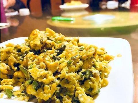 美食推荐:香椿炒鸡蛋,粉丝拌蛋皮丝,油豆腐炒青椒的做法