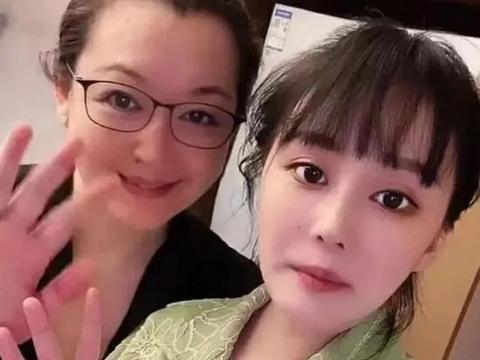 赵本山54岁妻子近照,皮肤水嫩和女儿似姐妹,获赵本山宠爱28年